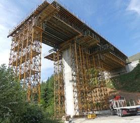 Safe shoring system: working platforms and guardrails