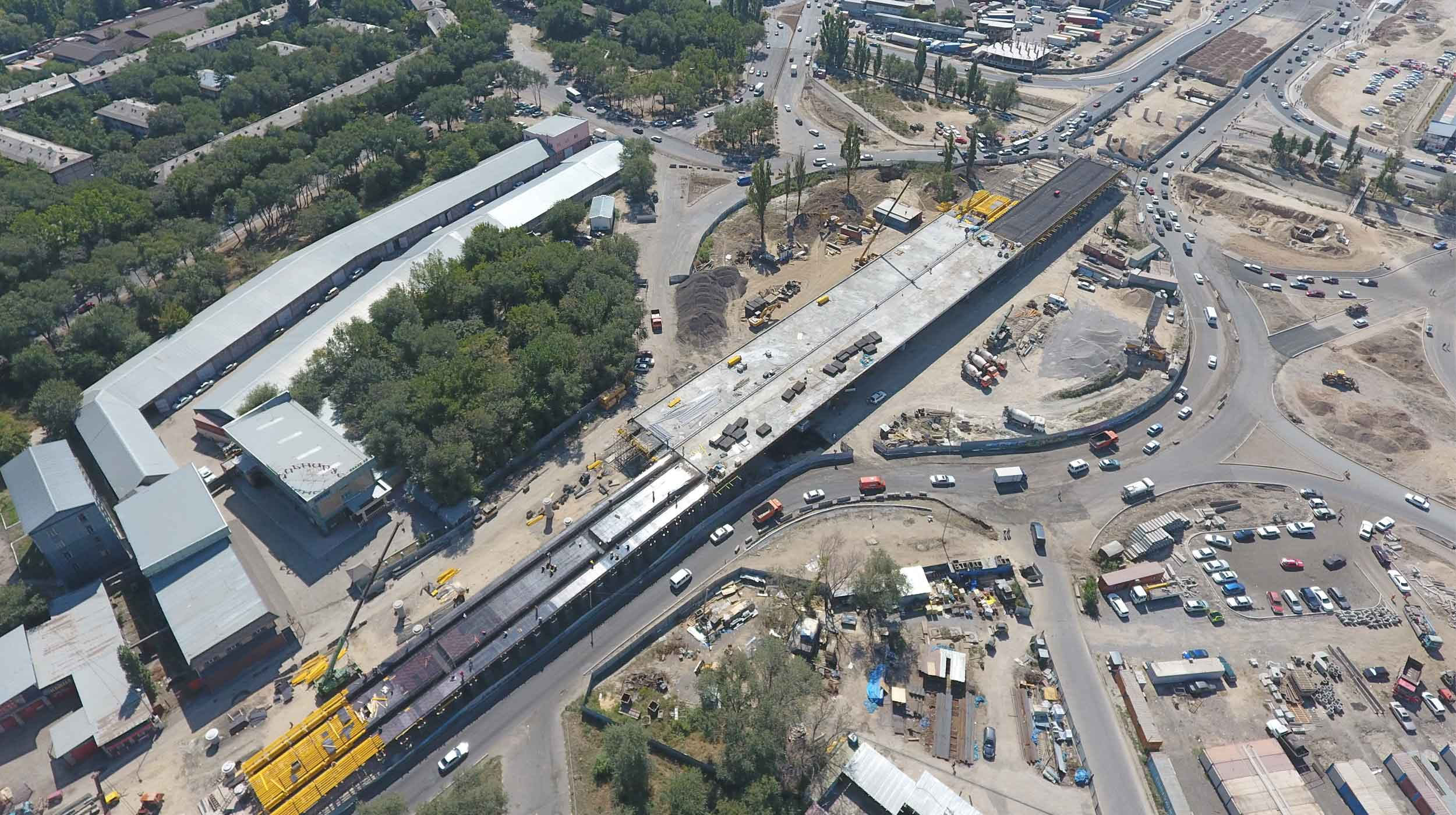 The 427.5 m long flyover, located on the boarder of Alatau and Zhetysu districts, will contribute to greatly streamlining traffic on the intersection with the capacity of 170 thou cars per day.