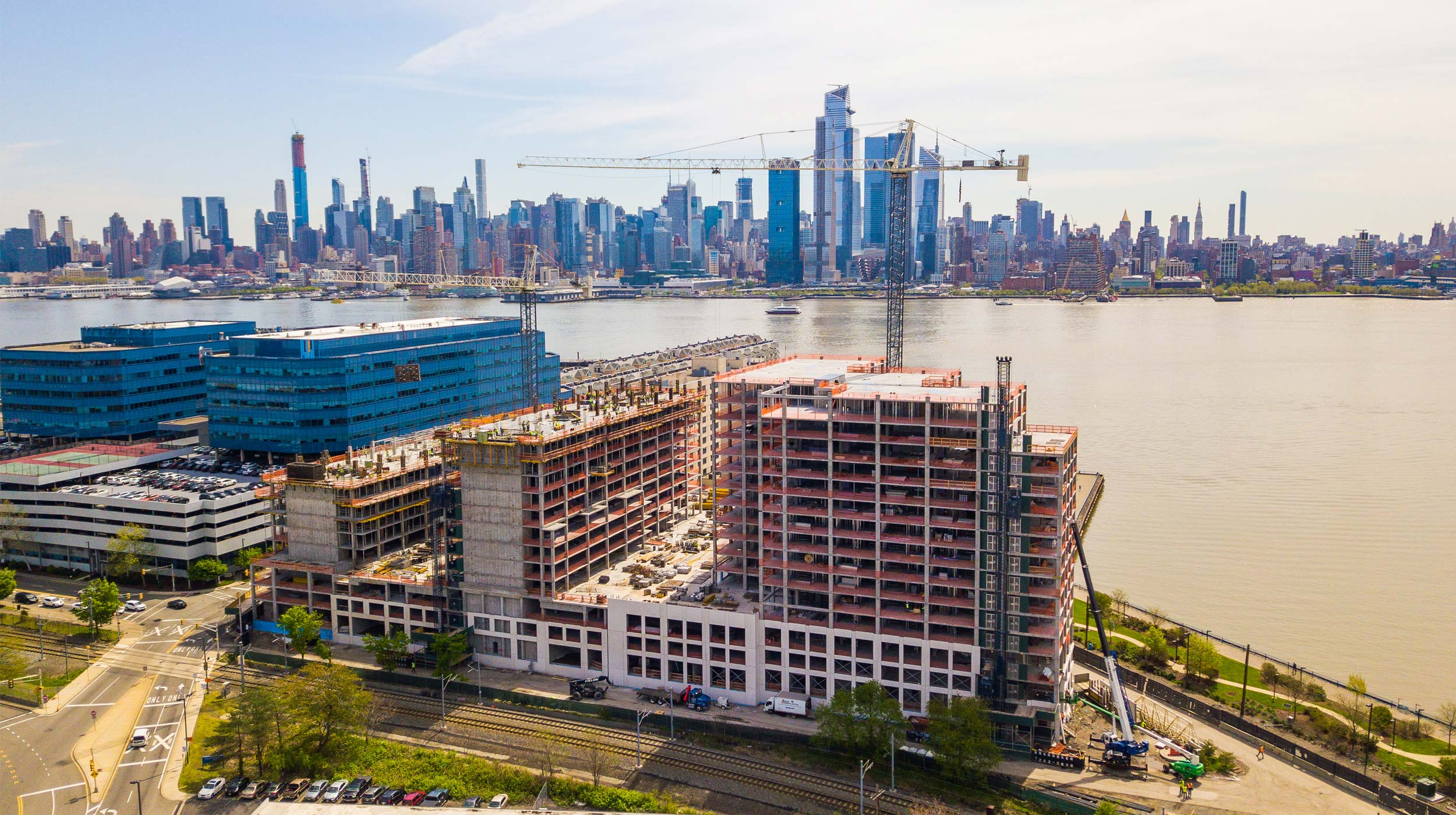 This building project of three towers of 15-stories will host 573 apartments and 719 parking spaces, covering a space of 275.108 m² that includes 15.850 m² of amenity space.