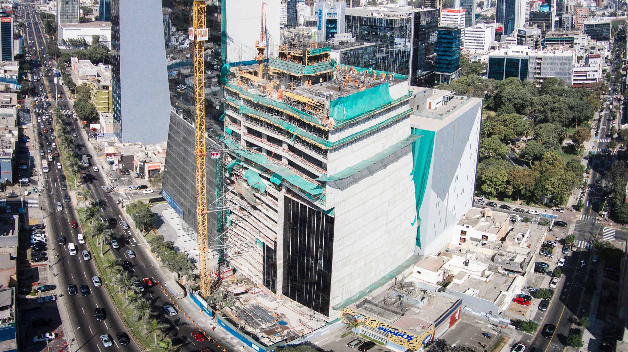 This commercial tower measures more than 90 m in height, making it one of the tallest buildings in Lima.
