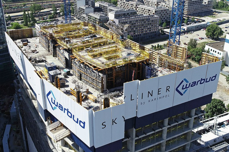 Skyliner, the new tower that lights up the night in Warsaw