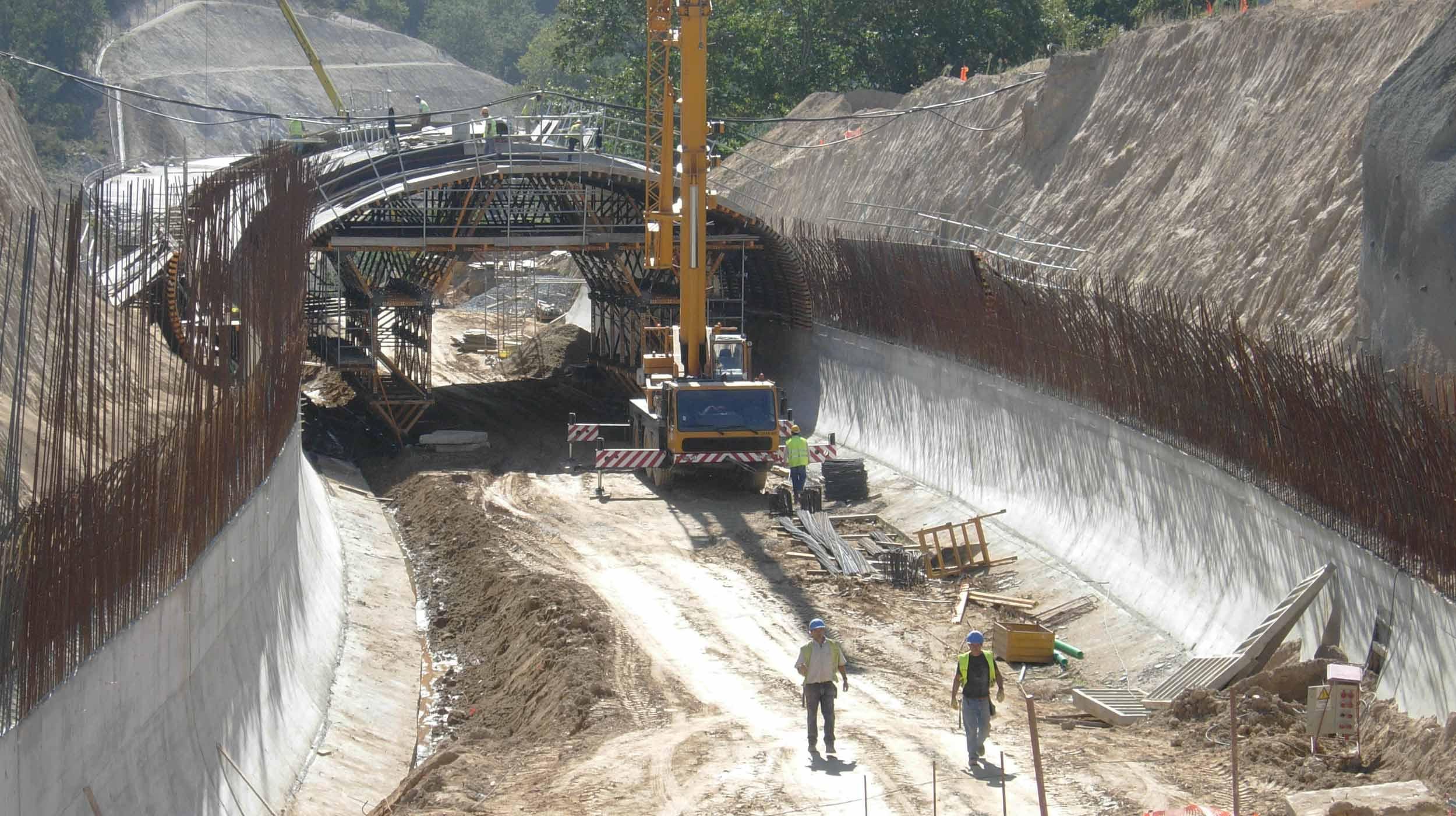 Se trata de un falso túnel de ojo único (115 m de longitud) en la variante EN-101 de Ponte da Barca- Arcos de Valdévez, en Portugal.